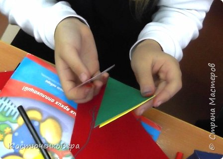 Сделаем новогодние корзинки. В них можно насыпать конфет или положить ёлочные игрушки. фото 13