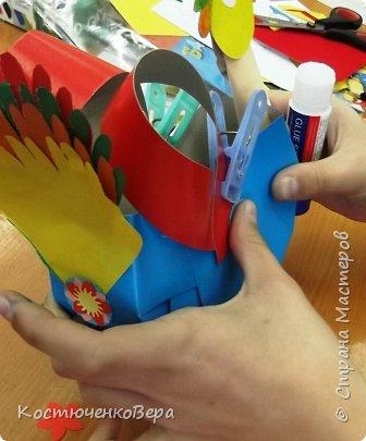 Сделаем новогодние корзинки. В них можно насыпать конфет или положить ёлочные игрушки. фото 18