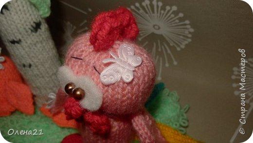 Вот такой петушок с ромашкой родился в ожидании Нового Года.   Петушок должен быть огненным, но в то же время хотелось сделать его мягким и нежным. Поэтому выбрала розовый цвет. Ну а в хвосте присутствуют цвета огня тоже: синий, фиолетовый, желтый, оранжевый и красный.  фото 9