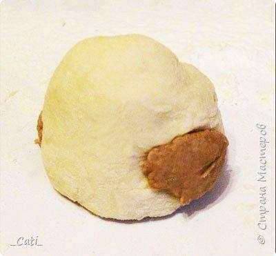 Для пирожком понадобятся: тесто дрожжевое сдобное (опарный способ) двух цветов, кусочки ананасов ( у меня замороженные), сахар (т. к. ананасы не сильно сладкие). Рецептов теста множество, но я делаю следующим образом. Продукты: мука пшеничная – 1,5 кг, молоко – о,5 литра, йогурт (питьевой фруктовый) - 0,5 литра, дрожжи прессованные (сухие) – 1 пакетик, яйца куриные – 2 шт., сахар – 1-1,5   стакана, маргарин – 250 г, ванилин, соль - 1 ч.л. 1. Для приготовления опары молоко подогреть, добавить йогурт (если йогурт не сладкий то нужно добавить пару ложек сахара) и дрожжи, всыпать стакан просеянной муки. Все   размешать и оставить на 1 час в теплое место. 2. В опару добавить яйца, соль, сахар, маргарин (предварительно растопить и остудить). Размешать. Делим тесто, приблизительно 1/4 отливаем в другую посуду, и добавляем в нее   4 ст. л. какао порошка. Затем всыпаем постепенно просеянную муку в оба теста. 3. Замешанное тесто накрыть полотенцем и поставить в теплое место на 1-2 часа подниматься.  4. Обмять тесто сформировав шарик (оно должен восстанавливаться при нажатии) и оставить подниматься посыпав мукой 20-30 минут. фото 5