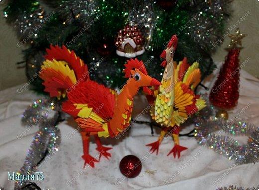 Петушок я новогодний  К вам спешу я в хоровод. Вместе встретим праздник славный- Долгожданный Новый год!  Принесу я вам удачу, Шутки, песни, радость,смех. А еще мешок в придачу Шоколадок и конфет!    фото 3