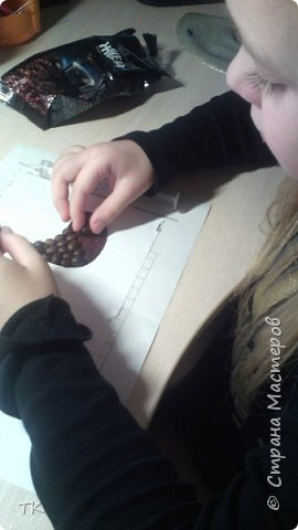 Увидели на просторах интернета магниты Шадриной Ирины, и так захотелось нам ароматных петушков сделать...... Приготовили материалы: картон, зёрна кофе, клей, пряжу и приступили к работе.  фото 3