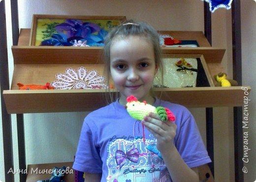 Доброго всем времени суток!  Для участия в новогоднем конкурсе моя ученица Насырова Элина связала петушка - ёлочную игрушку, а придумали мы его вместе.  фото 10