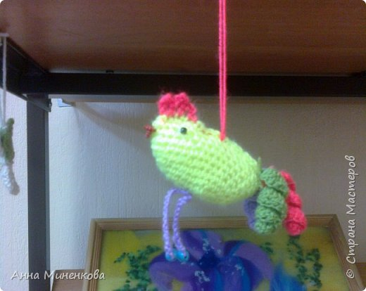 Доброго всем времени суток!  Для участия в новогоднем конкурсе моя ученица Насырова Элина связала петушка - ёлочную игрушку, а придумали мы его вместе.  фото 1
