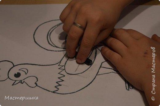 У Лёши появилась идея изобразить петушка  с помощью осенних листьев. Их прожилки напоминают пёрышки петушка. За основу взяли урок ИЗО у Натальи Михайловны. http://stranamasterov.ru/node/1054036 фото 5