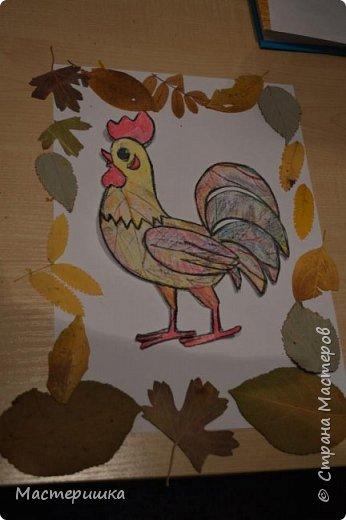 У Лёши появилась идея изобразить петушка  с помощью осенних листьев. Их прожилки напоминают пёрышки петушка. За основу взяли урок ИЗО у Натальи Михайловны. http://stranamasterov.ru/node/1054036 фото 10