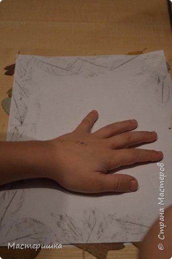 У Лёши появилась идея изобразить петушка  с помощью осенних листьев. Их прожилки напоминают пёрышки петушка. За основу взяли урок ИЗО у Натальи Михайловны. http://stranamasterov.ru/node/1054036 фото 11