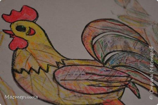 У Лёши появилась идея изобразить петушка  с помощью осенних листьев. Их прожилки напоминают пёрышки петушка. За основу взяли урок ИЗО у Натальи Михайловны. http://stranamasterov.ru/node/1054036 фото 14