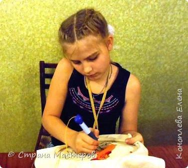 Добрый день, всем участникам конкурса!  Лера на конкурс выполнила портрет петушка в технике «ковровая вышивка». Она решила нарисовать портрет не красками, а нитками. фото 6