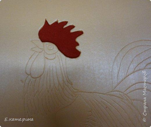 У меня еще один петушок появился. Выполнен в технике кинусайга. Необходимые материалы: пенолекс для основы, ткань,ножницы,нож для бумаги,пилочка для ногтей. фото 4