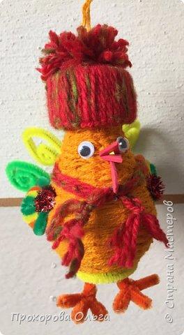 Петушок из лампочки, самый что ни есть новогодний, ведь будет жить на ёлке сообщая всем что он главный в этом году. фото 21