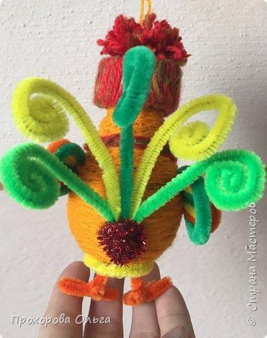Петушок из лампочки, самый что ни есть новогодний, ведь будет жить на ёлке сообщая всем что он главный в этом году. фото 23
