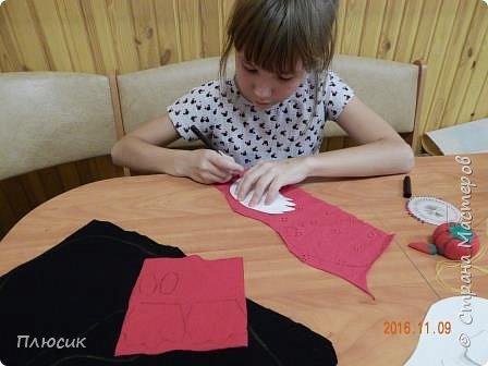 Оля учится в 5 классе. Прихватку в виде Петушка она сшила самостоятельно. Вдохновением для работы послужили работы  хохломских мастеров. фото 5