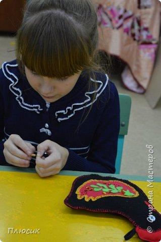 Оля учится в 5 классе. Прихватку в виде Петушка она сшила самостоятельно. Вдохновением для работы послужили работы  хохломских мастеров. фото 14