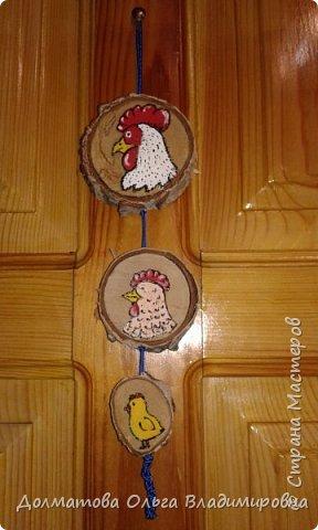 Добрый день мастерицы и мастера! Представляю свою конкурсную работу, которую я решила выполнить на белоствольной березе или на спилах дерева.В связи с наступающим новым 2017 годом, годом петуха, сделаем  интерьерную вещичку  с забавным петухом, курочкой и цыпленком.  Такая вещичка  украсит  входную дверь вашего дома.  фото 1