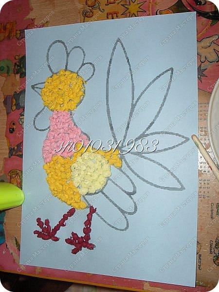 """Моя работа """"Петушок, петушок носит красный гребешок"""", это символ Нового года. Я решила сделать портрет петушка из салфеточных шариков, так как эта техника мне нравится. Шарики мне помогла готовить моя сестрёнка Василиса, ей 4 года.  Петушок, петушок, носит красный гребешок, Разноцветный кафтанчик,  Хвостик, словно воланчик. Он спешит на Новый год, Нам подарки он несёт. (Этот стишок я придумала сама) фото 7"""