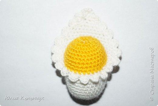 Новорожденные петушки и курочки могут послужить как ёлочной игрушкой, так и просто брелочком для ребёнка, или же магнитиком на холодильник. В любом случае - милый и красивый подарок.)))  Нам понадобится:  1. Небольшое количество пряжи  ( у меня это акрил KARTOPU - (100 гр - 300м)) - белого и жёлтого цвета.  2.  Крючок  (у меня №2)  3. Наполнитель - синтепон или холлофайбер  4. Чёрные полубусинки для глазок ( или можно вышить )  5.  Немного оранжевой пряжи для клювика и пряжи поплотнее для причёски.  6.  По желанию ленточки, соски, брелок или магнитик.  7.  Клей   Условные обозначения:  КА - кольцо амигуруми  сбн - столбик без накида  ссн - столбик с накидом  сс соединительная петля  вп - воздушная петля  пр - прибавка  уб - убавка  ( ) - общее количество петель.  фото 5