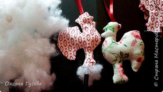 Вместе с первым снегом приближается время самого веселого и любимого праздника в году - Нового года. Каким он будет, что принесёт с собой, как встречать новый год - об этом задумываются уже многие. Новый 2017 год пройдет под знаком огненного или красного Петуха. Петух — это птица с громким голосом, ярким оперением, он несет  новую жизнь, жизнерадостность, прогоняет тьму и нечисть. Петух всегда несет новое - он просыпается с первыми лучами солнца и сообщает всем о наступлении нового дня.  В старину новогоднюю елку украшали сладостями, самодельными деревянными и тряпичными игрушками ,и дом наполнялся теплом и уютом! Подарите себе и своим близким праздник! Пусть в вашем доме будет самая необычная и самая красивая елочка! Давайте вместе сошьём тряпичного петушка и украсим им ёлочку или подарим своим родным и друзьям!  фото 12