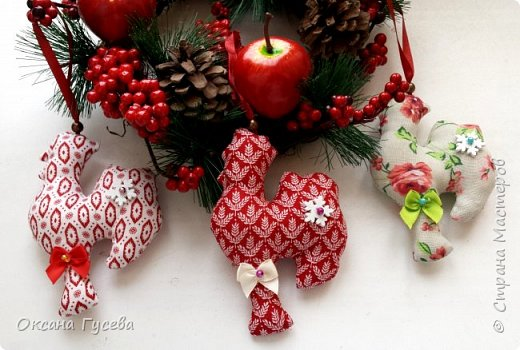 Вместе с первым снегом приближается время самого веселого и любимого праздника в году - Нового года. Каким он будет, что принесёт с собой, как встречать новый год - об этом задумываются уже многие. Новый 2017 год пройдет под знаком огненного или красного Петуха. Петух — это птица с громким голосом, ярким оперением, он несет  новую жизнь, жизнерадостность, прогоняет тьму и нечисть. Петух всегда несет новое - он просыпается с первыми лучами солнца и сообщает всем о наступлении нового дня.  В старину новогоднюю елку украшали сладостями, самодельными деревянными и тряпичными игрушками ,и дом наполнялся теплом и уютом! Подарите себе и своим близким праздник! Пусть в вашем доме будет самая необычная и самая красивая елочка! Давайте вместе сошьём тряпичного петушка и украсим им ёлочку или подарим своим родным и друзьям!  фото 18