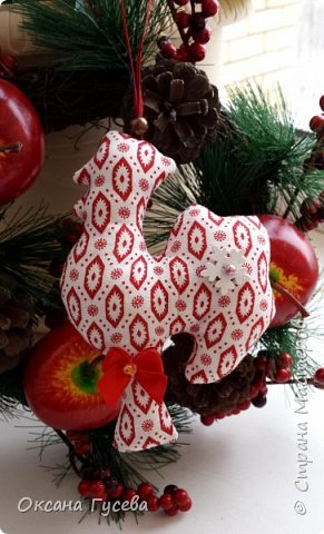 Вместе с первым снегом приближается время самого веселого и любимого праздника в году - Нового года. Каким он будет, что принесёт с собой, как встречать новый год - об этом задумываются уже многие. Новый 2017 год пройдет под знаком огненного или красного Петуха. Петух — это птица с громким голосом, ярким оперением, он несет  новую жизнь, жизнерадостность, прогоняет тьму и нечисть. Петух всегда несет новое - он просыпается с первыми лучами солнца и сообщает всем о наступлении нового дня.  В старину новогоднюю елку украшали сладостями, самодельными деревянными и тряпичными игрушками ,и дом наполнялся теплом и уютом! Подарите себе и своим близким праздник! Пусть в вашем доме будет самая необычная и самая красивая елочка! Давайте вместе сошьём тряпичного петушка и украсим им ёлочку или подарим своим родным и друзьям!  фото 17