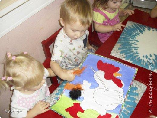 Этого петушка сделали с помощью воспитателя самые маленькие наши детки (от года и 2 месяцев до 2 лет). фото 11