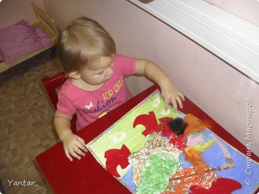 Этого петушка сделали с помощью воспитателя самые маленькие наши детки (от года и 2 месяцев до 2 лет). фото 14