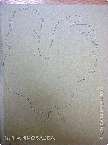 Хочу показать и расказать, каких петушков мы делаем в нашей студии к Новому году. Материалы: -картон коробочный -рамка А4 -краска акриловая черная -краска акриловая золотая -клей ПВА  -рисунок, желательно контурный фото 4
