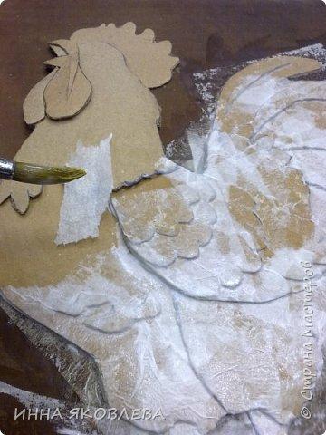 Хочу показать и расказать, каких петушков мы делаем в нашей студии к Новому году. Материалы: -картон коробочный -рамка А4 -краска акриловая черная -краска акриловая золотая -клей ПВА  -рисунок, желательно контурный фото 13