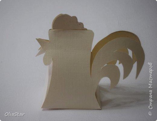 Данный петушок - это упаковочка для киндер-сюрприза или просто для маленького подарка. Такой петушок думаю, может  сторожить подарки под ёлкой или гордо висеть на ней, как символ наступающего года. фото 9