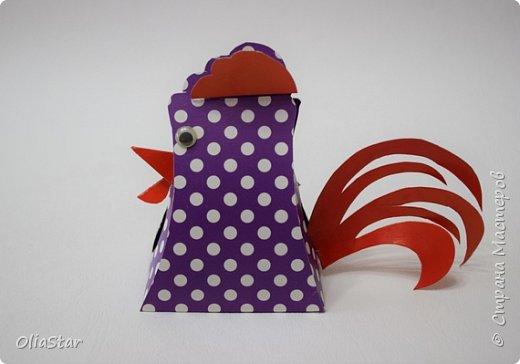 Данный петушок - это упаковочка для киндер-сюрприза или просто для маленького подарка. Такой петушок думаю, может  сторожить подарки под ёлкой или гордо висеть на ней, как символ наступающего года. фото 1