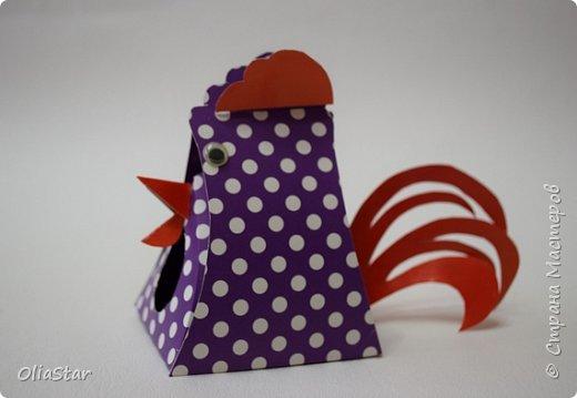 Данный петушок - это упаковочка для киндер-сюрприза или просто для маленького подарка. Такой петушок думаю, может  сторожить подарки под ёлкой или гордо висеть на ней, как символ наступающего года. фото 2