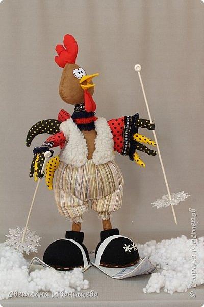 Остались считанные дни до наступления Нового года, наш Петушок на лыжах спешит вступить в свои права. Петух- птица весьма спортивная для скорости спешит на лыжах, оперенье яркое, праздничное. Форма одежды зимняя, но спортивная. фото 22