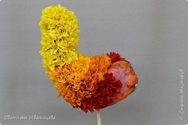Петушок выполнен в комбинации двух техник: торцевание  и гофротрубочки. Петушок осенний потому, что в своем оперении он соединил все яркие краски осени. Это голубое небо, остатки зеленых листьев на деревьях и вся красота желтых, оранжевых и красных листьев на кронах наших кустов и деревьев. фото 6