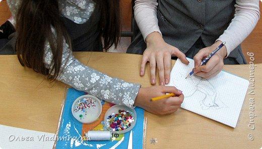 """Новогодние игрушки мы делаем каждый год и в этот раз решили сделать """"снежных петушков"""" для ёлочки в классе.  Материалы и инструменты: Фетр или нетканые салфетки.  Бисер, пайетки. Наполнитель (вата или любой другой) Иголка. Нитки. Ножницы. Карандаш. Лист бумаги для эскиза.   фото 2"""