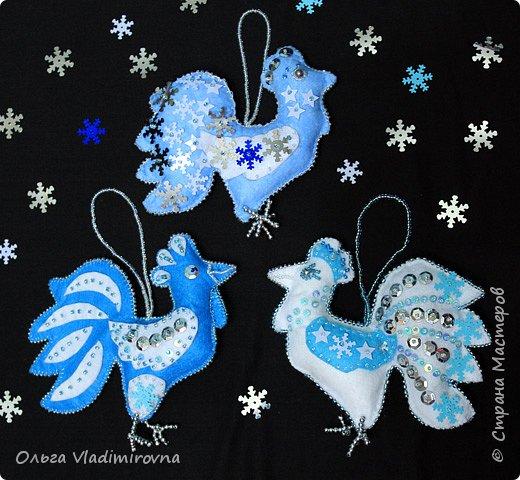 """Новогодние игрушки мы делаем каждый год и в этот раз решили сделать """"снежных петушков"""" для ёлочки в классе.  Материалы и инструменты: Фетр или нетканые салфетки.  Бисер, пайетки. Наполнитель (вата или любой другой) Иголка. Нитки. Ножницы. Карандаш. Лист бумаги для эскиза.   фото 1"""