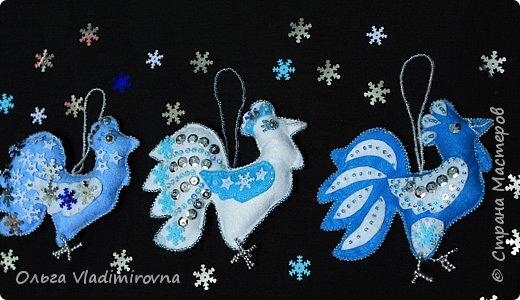 """Новогодние игрушки мы делаем каждый год и в этот раз решили сделать """"снежных петушков"""" для ёлочки в классе.  Материалы и инструменты: Фетр или нетканые салфетки.  Бисер, пайетки. Наполнитель (вата или любой другой) Иголка. Нитки. Ножницы. Карандаш. Лист бумаги для эскиза.   фото 19"""