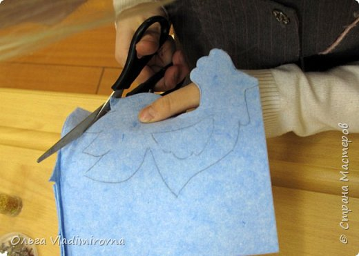 """Новогодние игрушки мы делаем каждый год и в этот раз решили сделать """"снежных петушков"""" для ёлочки в классе.  Материалы и инструменты: Фетр или нетканые салфетки.  Бисер, пайетки. Наполнитель (вата или любой другой) Иголка. Нитки. Ножницы. Карандаш. Лист бумаги для эскиза.   фото 5"""