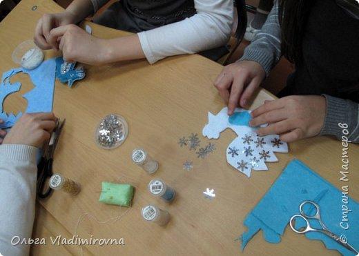 """Новогодние игрушки мы делаем каждый год и в этот раз решили сделать """"снежных петушков"""" для ёлочки в классе.  Материалы и инструменты: Фетр или нетканые салфетки.  Бисер, пайетки. Наполнитель (вата или любой другой) Иголка. Нитки. Ножницы. Карандаш. Лист бумаги для эскиза.   фото 6"""
