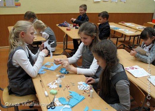 """Новогодние игрушки мы делаем каждый год и в этот раз решили сделать """"снежных петушков"""" для ёлочки в классе.  Материалы и инструменты: Фетр или нетканые салфетки.  Бисер, пайетки. Наполнитель (вата или любой другой) Иголка. Нитки. Ножницы. Карандаш. Лист бумаги для эскиза.   фото 13"""