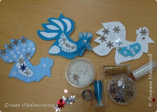 """Новогодние игрушки мы делаем каждый год и в этот раз решили сделать """"снежных петушков"""" для ёлочки в классе.  Материалы и инструменты: Фетр или нетканые салфетки.  Бисер, пайетки. Наполнитель (вата или любой другой) Иголка. Нитки. Ножницы. Карандаш. Лист бумаги для эскиза.   фото 12"""