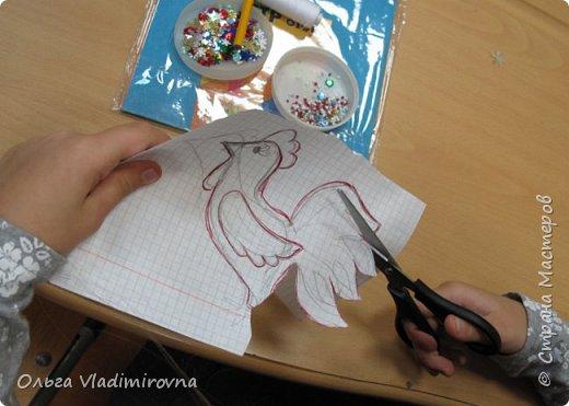 """Новогодние игрушки мы делаем каждый год и в этот раз решили сделать """"снежных петушков"""" для ёлочки в классе.  Материалы и инструменты: Фетр или нетканые салфетки.  Бисер, пайетки. Наполнитель (вата или любой другой) Иголка. Нитки. Ножницы. Карандаш. Лист бумаги для эскиза.   фото 3"""