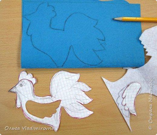 """Новогодние игрушки мы делаем каждый год и в этот раз решили сделать """"снежных петушков"""" для ёлочки в классе.  Материалы и инструменты: Фетр или нетканые салфетки.  Бисер, пайетки. Наполнитель (вата или любой другой) Иголка. Нитки. Ножницы. Карандаш. Лист бумаги для эскиза.   фото 4"""