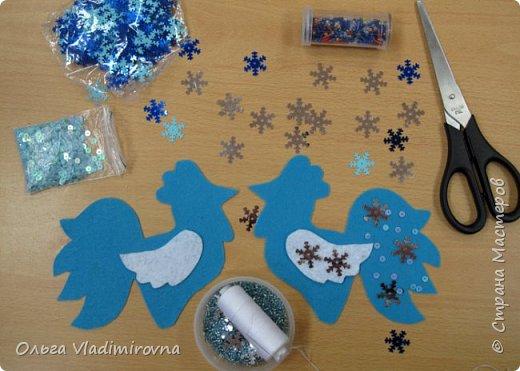 """Новогодние игрушки мы делаем каждый год и в этот раз решили сделать """"снежных петушков"""" для ёлочки в классе.  Материалы и инструменты: Фетр или нетканые салфетки.  Бисер, пайетки. Наполнитель (вата или любой другой) Иголка. Нитки. Ножницы. Карандаш. Лист бумаги для эскиза.   фото 7"""