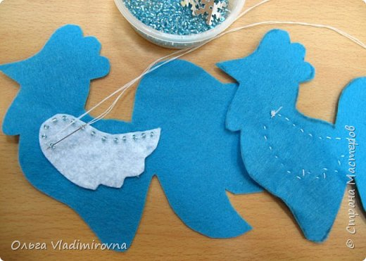 """Новогодние игрушки мы делаем каждый год и в этот раз решили сделать """"снежных петушков"""" для ёлочки в классе.  Материалы и инструменты: Фетр или нетканые салфетки.  Бисер, пайетки. Наполнитель (вата или любой другой) Иголка. Нитки. Ножницы. Карандаш. Лист бумаги для эскиза.   фото 8"""