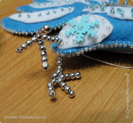 """Новогодние игрушки мы делаем каждый год и в этот раз решили сделать """"снежных петушков"""" для ёлочки в классе.  Материалы и инструменты: Фетр или нетканые салфетки.  Бисер, пайетки. Наполнитель (вата или любой другой) Иголка. Нитки. Ножницы. Карандаш. Лист бумаги для эскиза.   фото 18"""