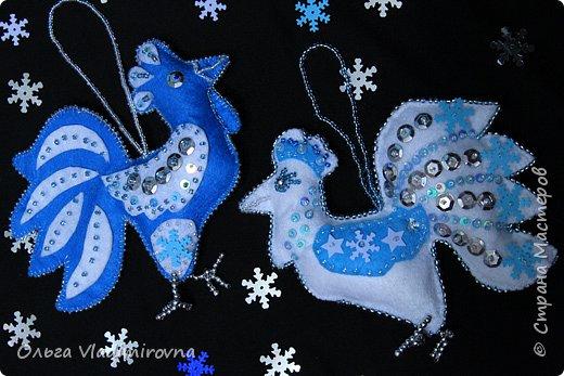 """Новогодние игрушки мы делаем каждый год и в этот раз решили сделать """"снежных петушков"""" для ёлочки в классе.  Материалы и инструменты: Фетр или нетканые салфетки.  Бисер, пайетки. Наполнитель (вата или любой другой) Иголка. Нитки. Ножницы. Карандаш. Лист бумаги для эскиза.   фото 20"""
