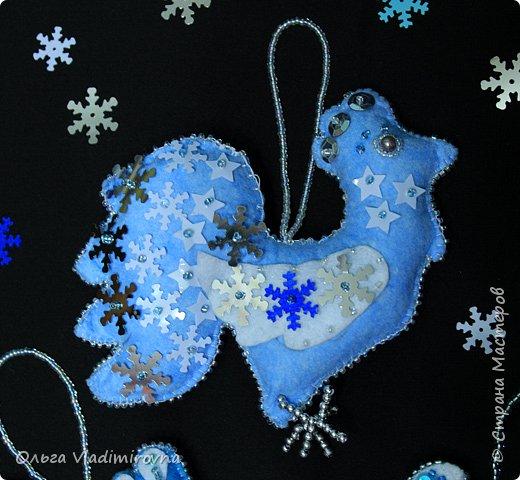 """Новогодние игрушки мы делаем каждый год и в этот раз решили сделать """"снежных петушков"""" для ёлочки в классе.  Материалы и инструменты: Фетр или нетканые салфетки.  Бисер, пайетки. Наполнитель (вата или любой другой) Иголка. Нитки. Ножницы. Карандаш. Лист бумаги для эскиза.   фото 22"""