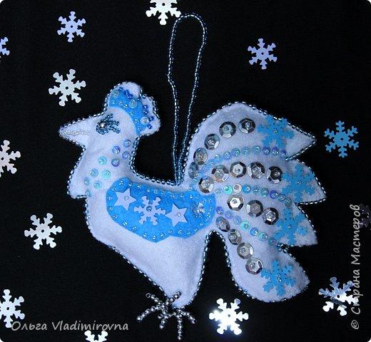 """Новогодние игрушки мы делаем каждый год и в этот раз решили сделать """"снежных петушков"""" для ёлочки в классе.  Материалы и инструменты: Фетр или нетканые салфетки.  Бисер, пайетки. Наполнитель (вата или любой другой) Иголка. Нитки. Ножницы. Карандаш. Лист бумаги для эскиза.   фото 23"""