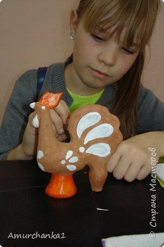 Тверская глиняная игрушка. Готовая работа. Материалы: гжельская глина, акриловые краски. Однажды на выставке я увидела яркие и веселые птички-свистульки, мне они очень понравились. От Ольги Николаевны узнала, что это тверская игрушка. Узнав о конкурсе, я без сомнений выбрала этот народный промысел. Промысел этот молодой. Начало создания тверской игрушки было положено в 1975 году. Когда был создан цех в Торжке. Название игрушка получила от территории, где ее и создали мастера. Мастера Лилия Михайловна Заварзина и Галина Климовская внесли ощутимый вклад в создание новой звонкой и праздничной птички-свистульки. Тверская игрушка характерна тем, что на ней есть налепы в виде шариков и капелек. Чаще всего - это свистульки. Хотя сейчас делают и барынь, и кошечек, и собачек. По керамике нанесен простой узор в виде белых и черных точек, кругов и цветных мазков-перышек. Главное в игрушке не переборщить с цветом. 3-4 цвета достаточно и плюс небольшой яркий акцент на клювик. Фоном является цвет обожженой глины - терракота.  http://www.uob-konakovo.ru/news.php?id=86 фото 22