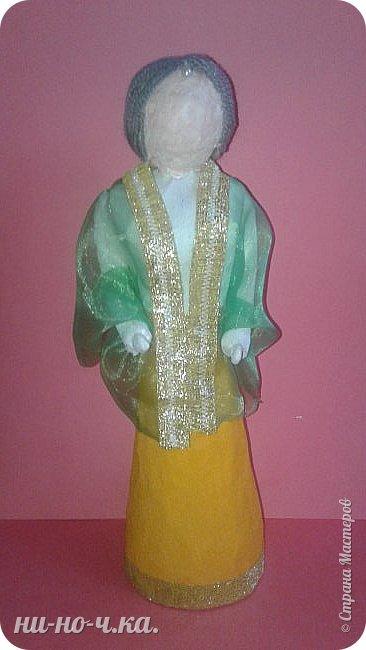 Индийская девушка в национальном костюме , символизирующем флаг Индии. фото 1